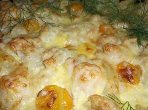 Летняя запеканка из цветной капусты, кабачков, помидоров черри и сыром.